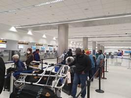 En vuelo especial que partió de Miami retornan al Paraguay 119 personas